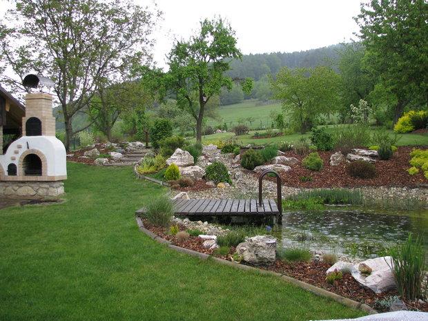 Pohled do zahrady s koupacím jezírkem v popředí